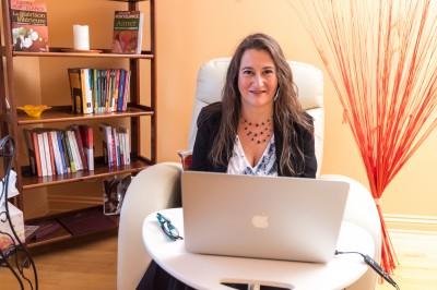 Marianne Siskind offre des thérapies en ligne, en relation d'aide psychologique. Avec la vidéoconférence, plus besoin de se déplacer pour venir en thérapie.