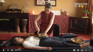 Marianne Siskind donne une séance de sonothérapie, massage sonore aux bols tibétains.